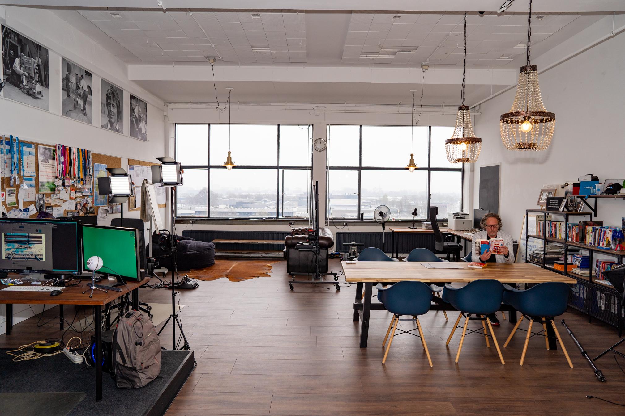 Jan Willem Alphenaar in zijn LinkedIn studio in Plan-B Eindhoven